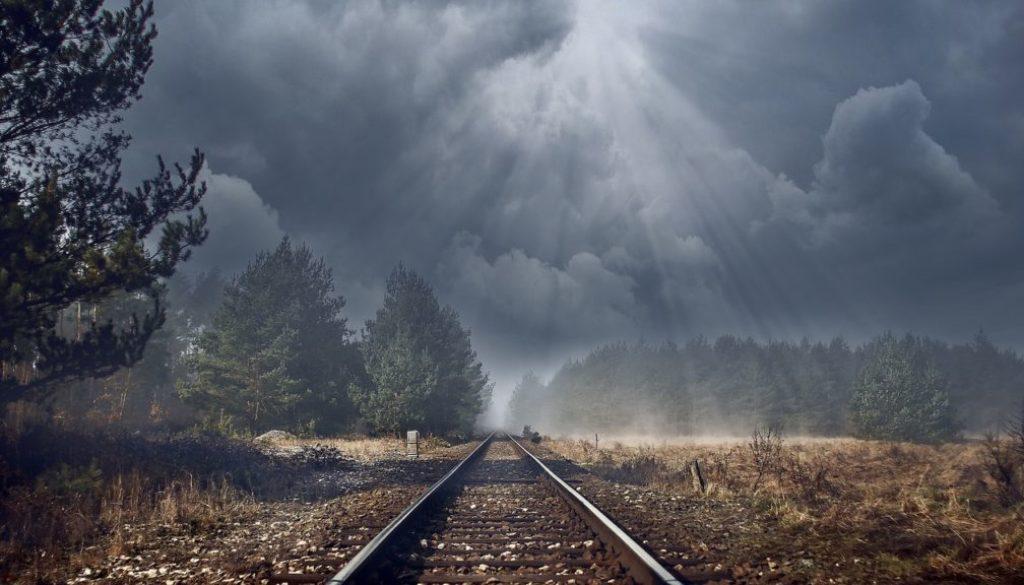 spoor met wolken en zonnestralen
